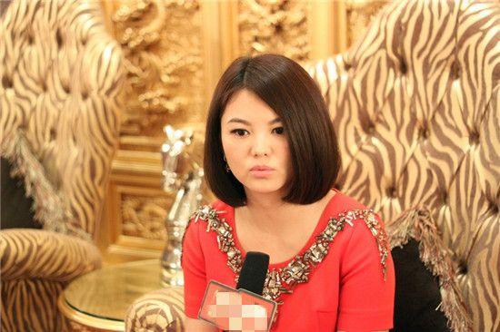 李湘深夜趁女儿睡着给老公庆生,珠光宝气的她被嘲炫富,冤吗?