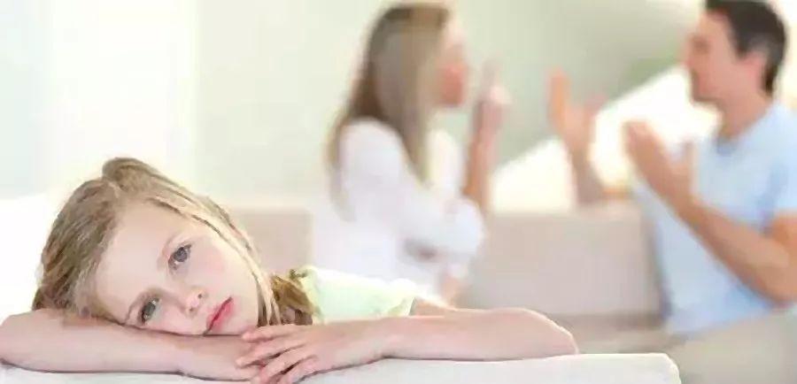 父母要及时克制消除不良情绪,避免影响孩子心理发育
