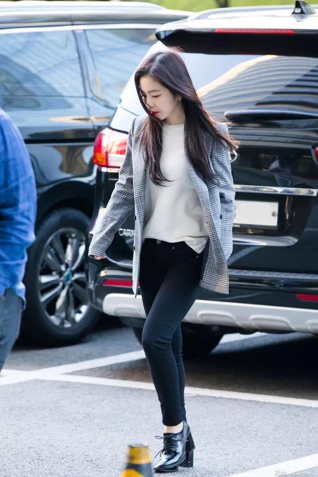 Irene不愧是S.M的门面,格纹西装搭配黑色紧身裤,干练时尚好身材藏不住