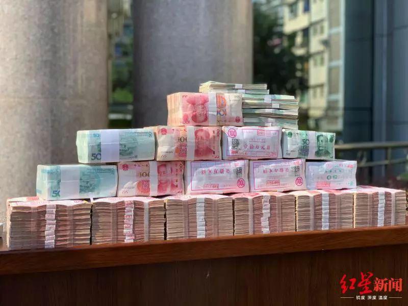 特大诈骗案告破!宜宾警方现场发放200万现金……