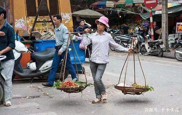 中国小伙逛越南集市,商品让人大开眼界,直呼:有钱也不敢买!