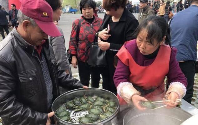 """六旬大妈路边卖""""它"""",成本5毛,卖价2元,三个小时卖掉4大锅!"""