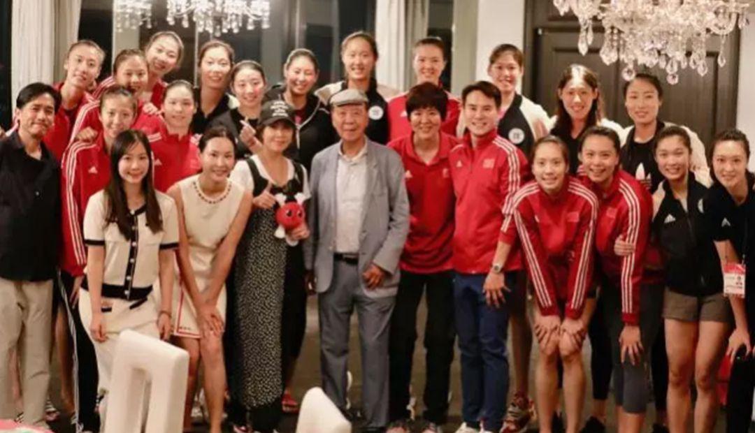 梁朝伟和郎平合影,刘嘉玲称呼她为心中英雄,夫妻二人很有爱!
