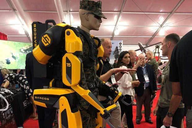 美国海军陆战队的新动力外骨骼,造型科幻将用于飞机装弹