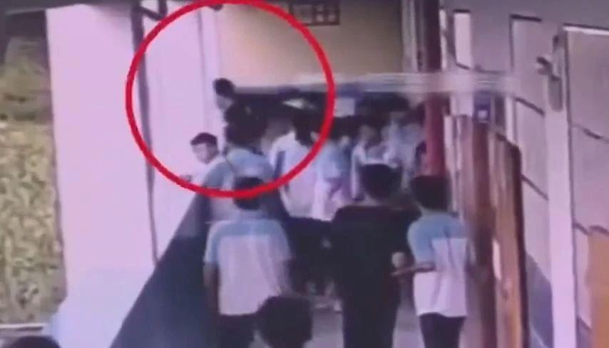 <b>中学男生将同学从四楼扔下,看一眼后径直走开:冷漠得让人害怕!</b>