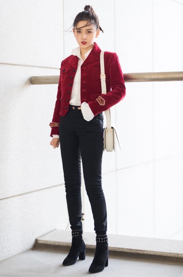 宋祖儿穿皮裙配12厘米的鞋,双腿修长超吸睛,凑近看眼妆更出彩插图(4)