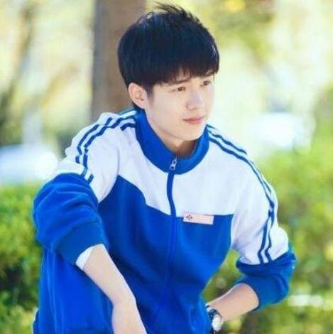 """同样是男明星""""穿校服"""",王一博帅气,吴磊无违和感,看到他恋爱"""