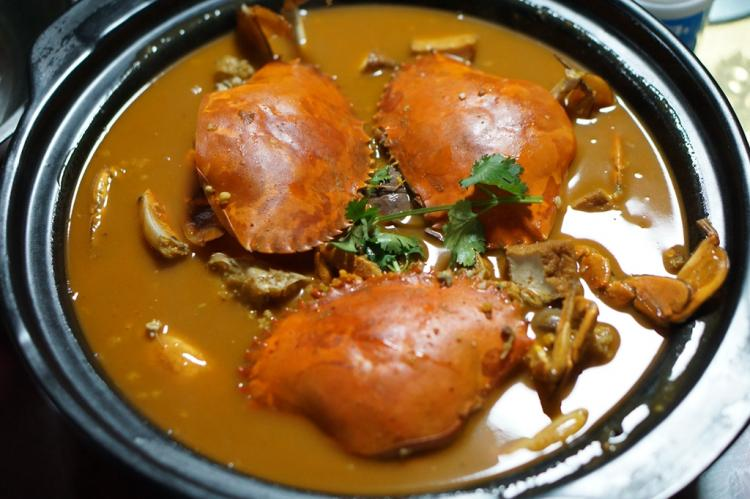 这家居民社区的平价海鲜大排档每天桌桌爆满,一锅沙茶膏蟹锅绝了