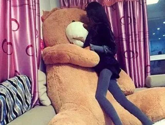 搞笑GIF图:做只玩具熊也挺幸福的,至少还有个铅笔腿妹子给拥抱
