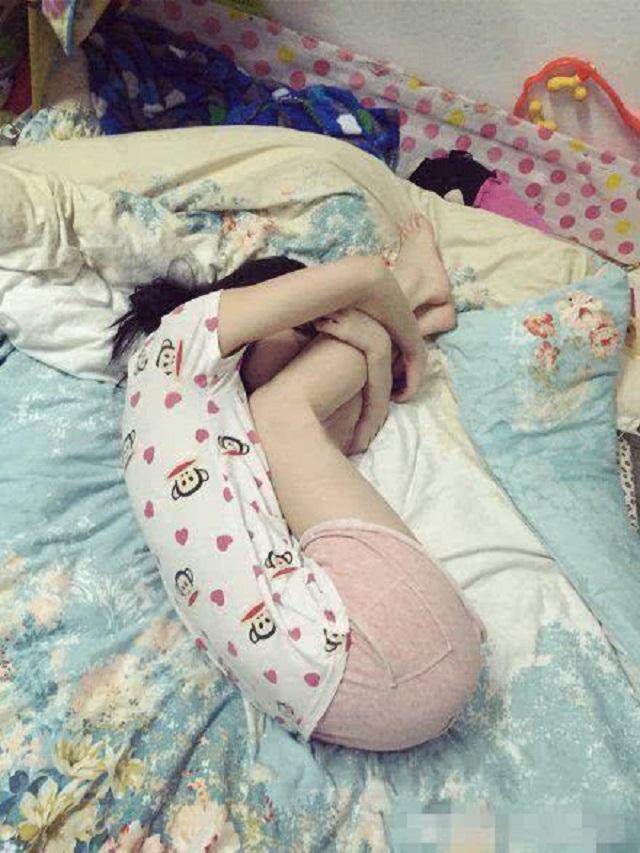 <b>爆笑GIF图:二货闺蜜说,这样睡觉能瘦腿,真是刷新了我的三观!</b>