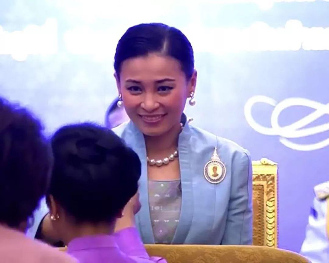 41岁苏提达王后真调皮,看到国王给美女发礼物,露出俏皮的笑容