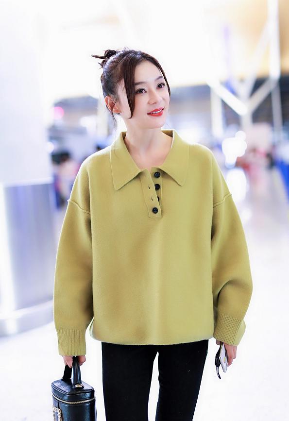 袁姗姗穿牛油果色的针织衫,扎丸子头清新减龄,温柔知性!