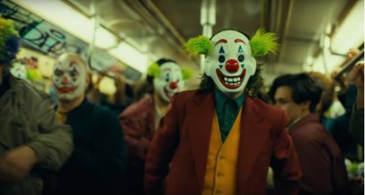 《小丑》还未上映就惹争议!枪案遇难者家眷和美军都有话说......