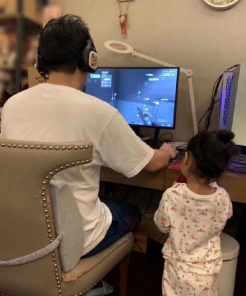 陈赫3岁女儿看爸爸打游戏,却意外暴露家里环境!