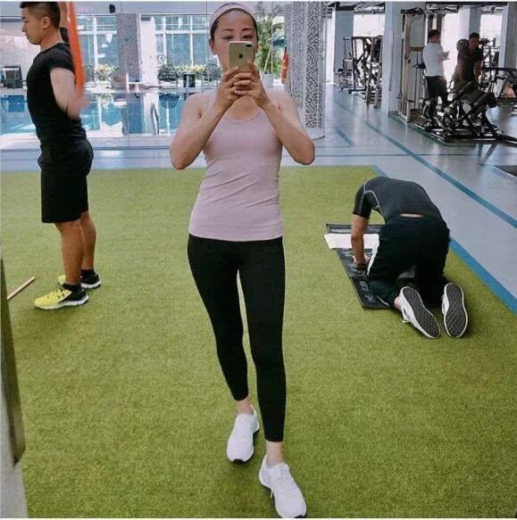 教练@张卫健妻子张茜公开健身照 肤白貌美 身材比例完美,