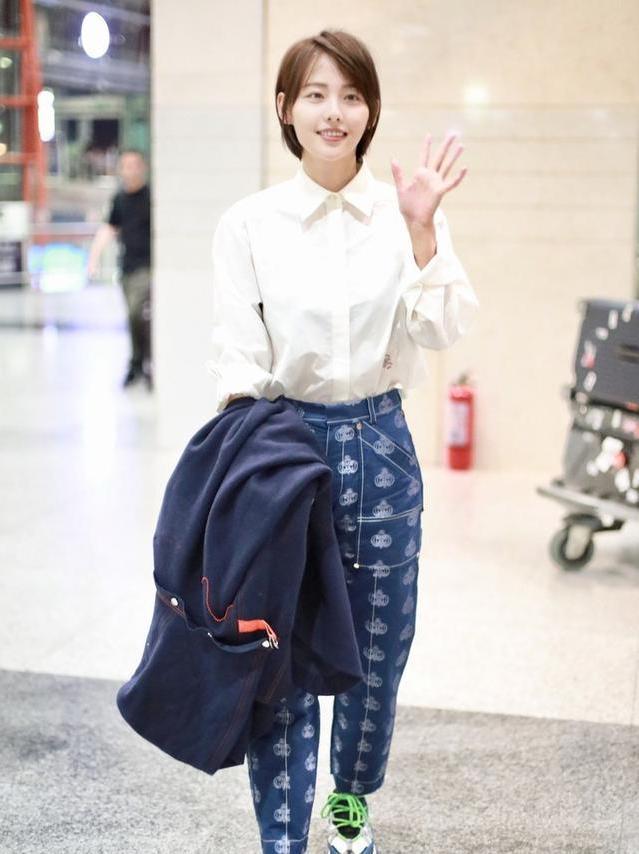 <b>张嘉倪现身机场,白衬衫加牛仔裤秀出经典穿搭,你说她18岁我都信</b>