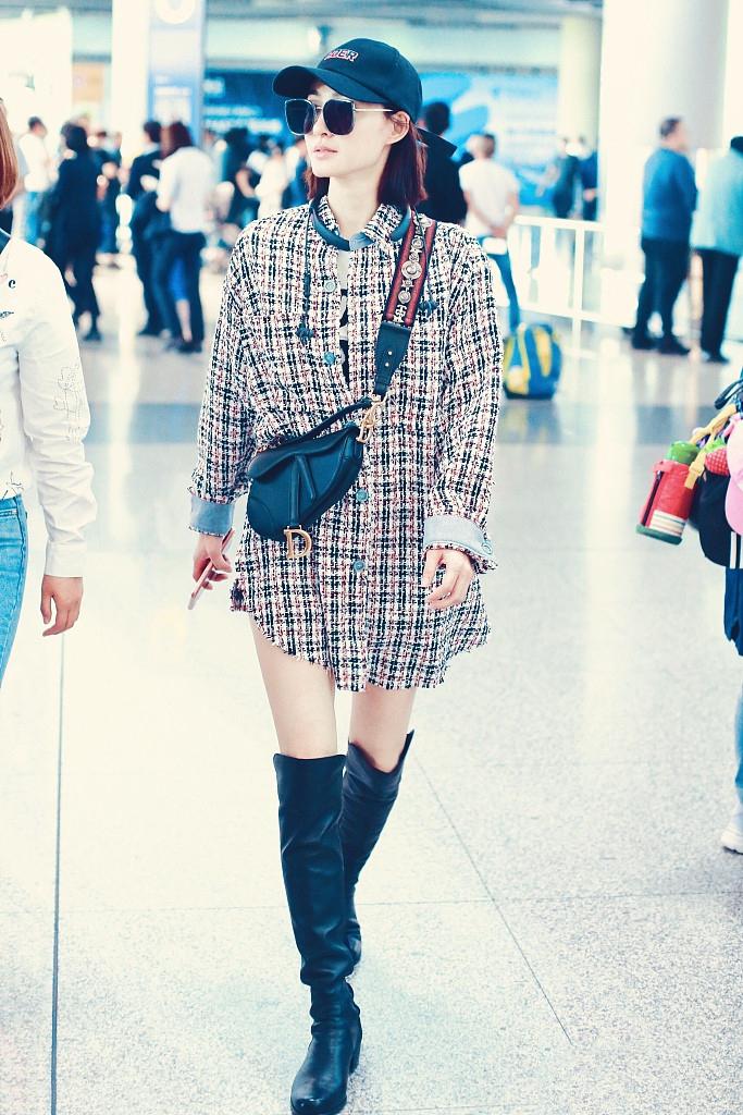 <b>34岁王丽坤素颜真耐看,穿粗呢外套配长靴又美又飒,好气质很出众</b>