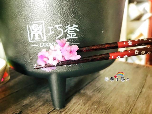中午只煮一锅米饭,小朋友看到颜色之后,大口大口吃了两碗