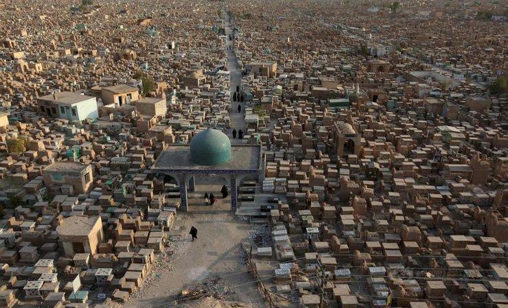 """实拍伊拉克的""""和平谷"""":密密麻麻麻的墓碑,有专门的墓地清洁工"""