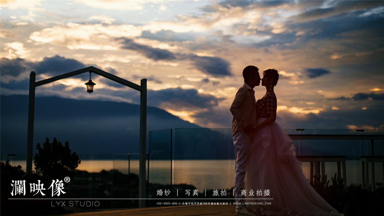 夕阳婚纱照_海边夕阳婚纱照图片