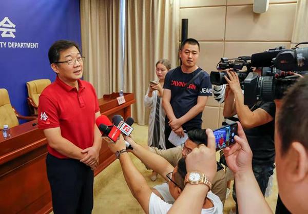 湖南警方兑现举报黑恶势力犯罪奖励,笑星大兵到场领奖