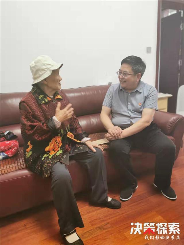 内乡县城关镇党委书记刘红玉一行走访慰问建国前老党员