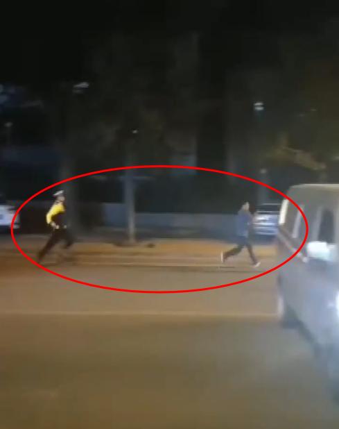 被擒现场!张家口一私家车撞上警车,司机弃车就跑!