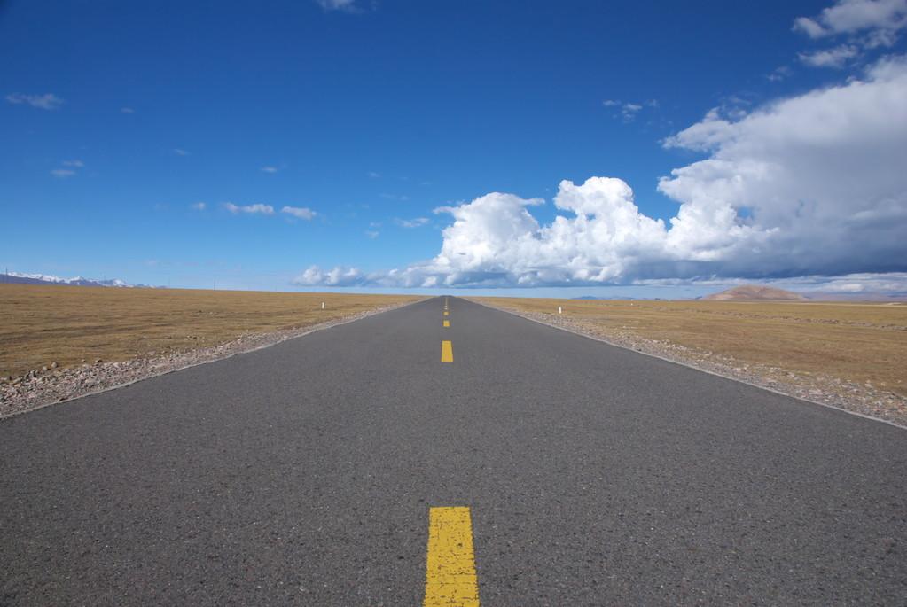 山东正打造的一条高速公路,是双向六车道,长56.5公里