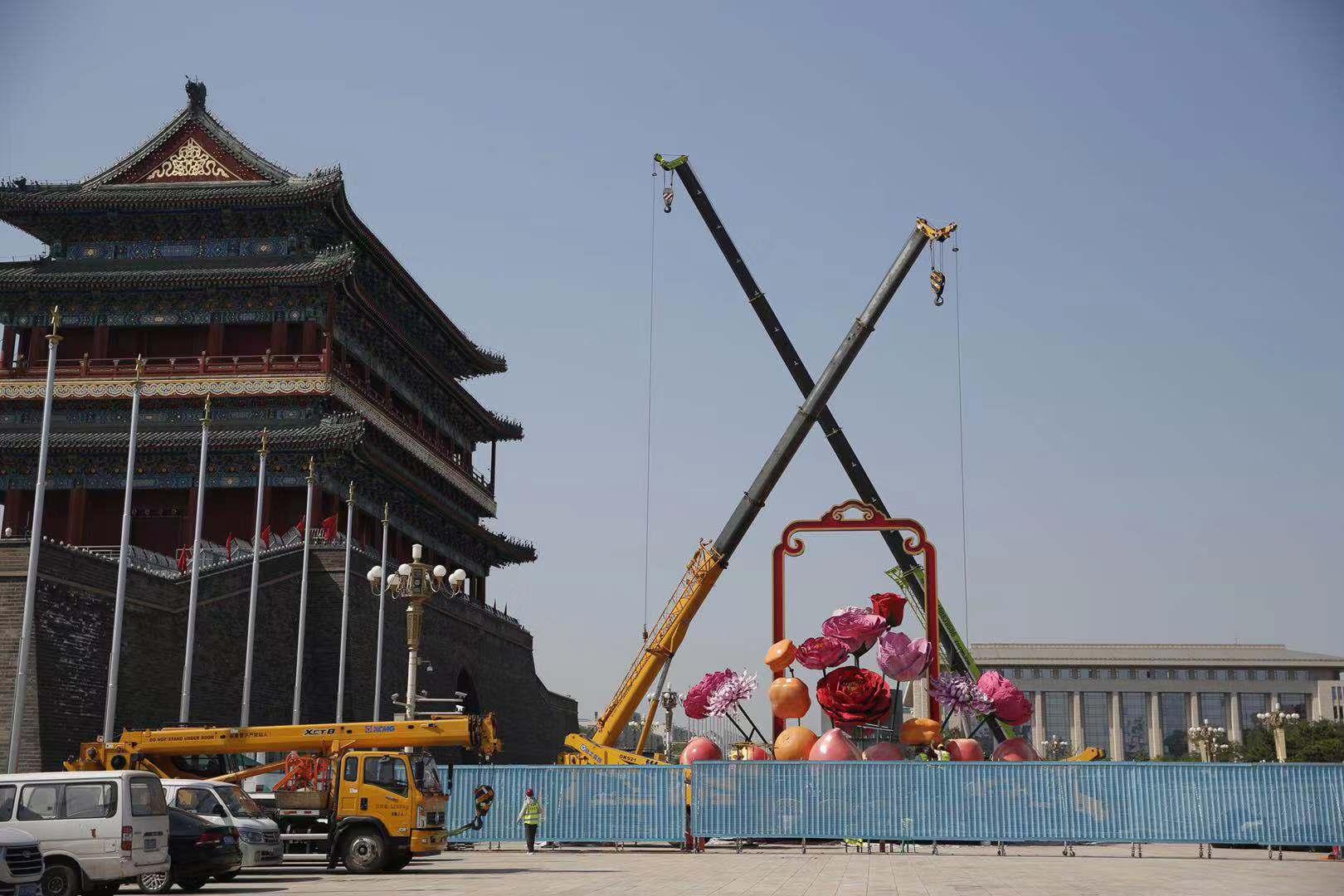 天安门广场国庆巨型花篮开始插花布置,今年有花还有果