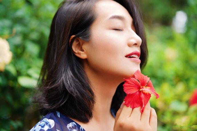 """38岁朱丹终于高调,头戴""""花朵""""搭配深V长裙,侧颜撩人气质出众"""