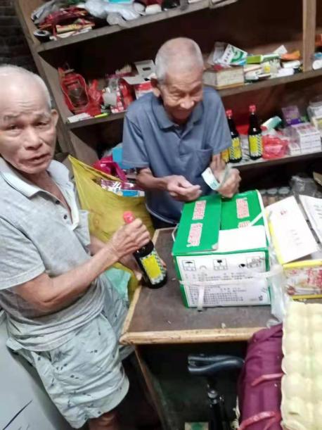 <b>112岁老人奋斗不息白内障术后继续经营小卖部</b>