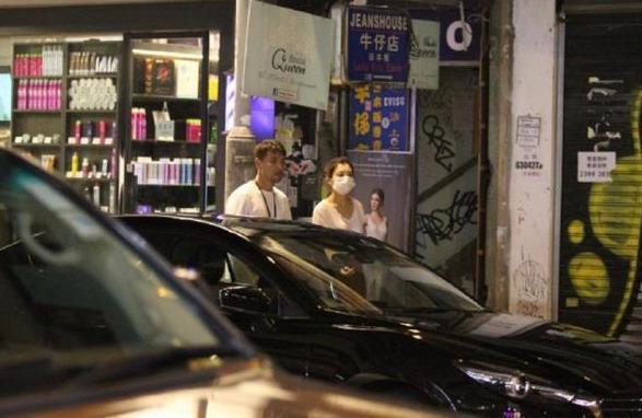 TVB视帝和老婆外出吃饭遇女粉丝 新剧上演三角恋有不少亲热戏