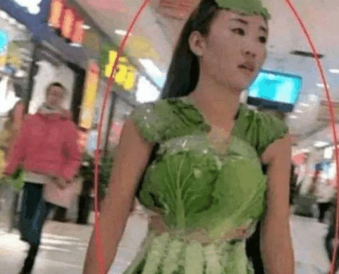 """女子穿""""奇装异服""""进入商场,路人看清后,做法让人点赞"""