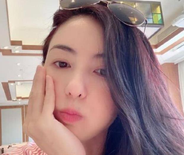 张柏芝在社交平台晒出60岁男友照片,网友:三胎生父出现?