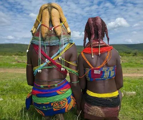 穷有瓶盖当首饰,富拿黄金当鞋穿,看看非洲人戴什么首饰