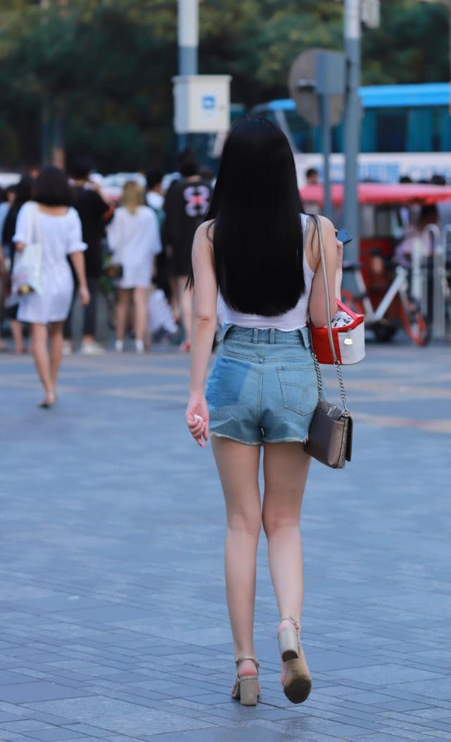 街拍美女:小姐姐的牛仔热裤背影小合集,每一个都令人难忘!插图(1)