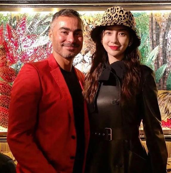 杨颖现身夜店,与型男亲密合影,黑色皮裙尽显好身材!
