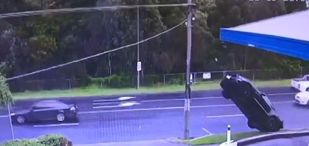不可思议!墨尔本一司机驾豪车失控冲上电线杆