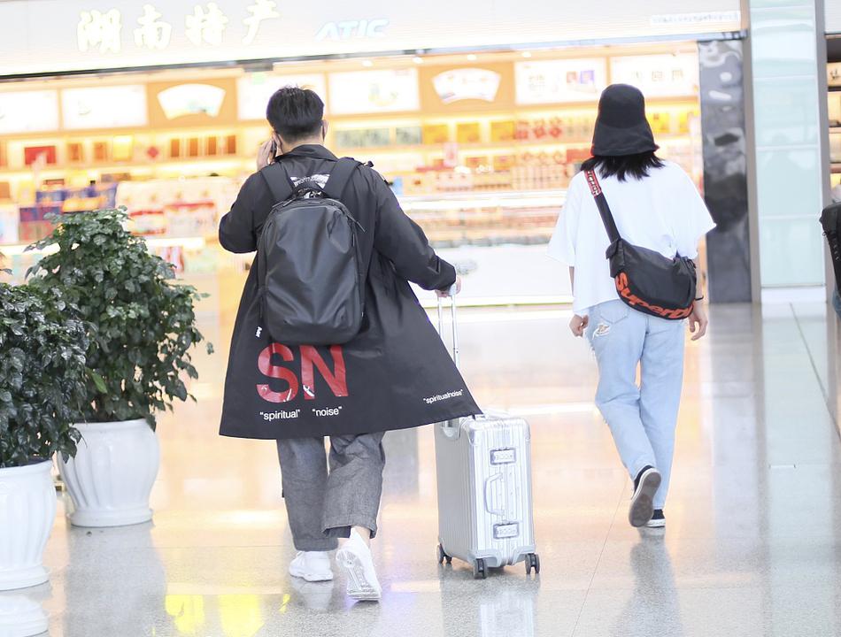 黄磊夫妇低调走机场,42岁孙莉穿白T破洞裤时髦减龄,像个大学生