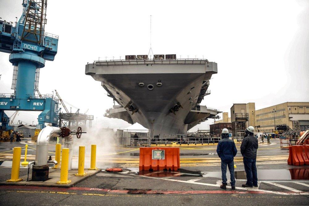 难道是怕同伊朗打仗?美国最强现役航母趴窝,一周内三名水兵自杀