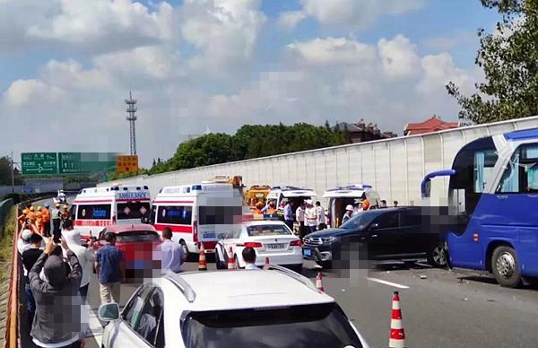 上海松江沪昆高速1大巴车与3小客车相撞,2死9伤,直升机出动救援