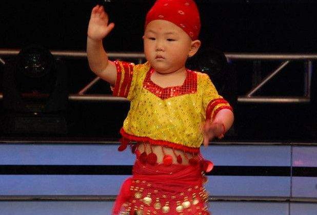 5岁孩子因广场舞走红,收入养活一家人,如今成名后父母后悔不已