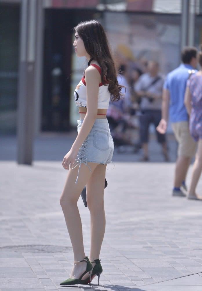 时尚街拍美女:背心+牛仔短裤,搭配高跟鞋才是夏日里的时尚精髓插图