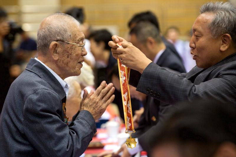 中国人民大学为258名离退休教职工颁发荣誉纪念章