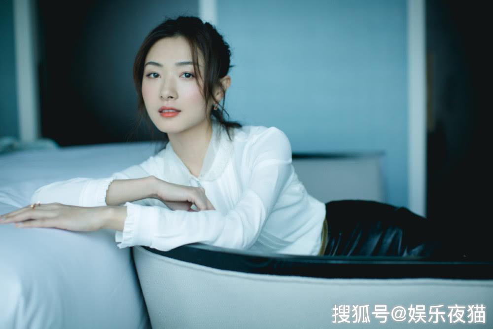 万茜都37岁了,穿白衬衫配半身裙,颜值美腿不输18岁张子枫