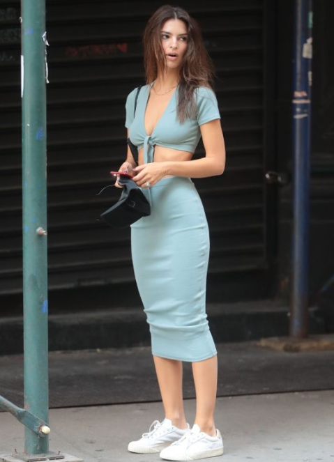 英国模特艾米丽,身穿露腹装出街,迷人马甲线引人注目!