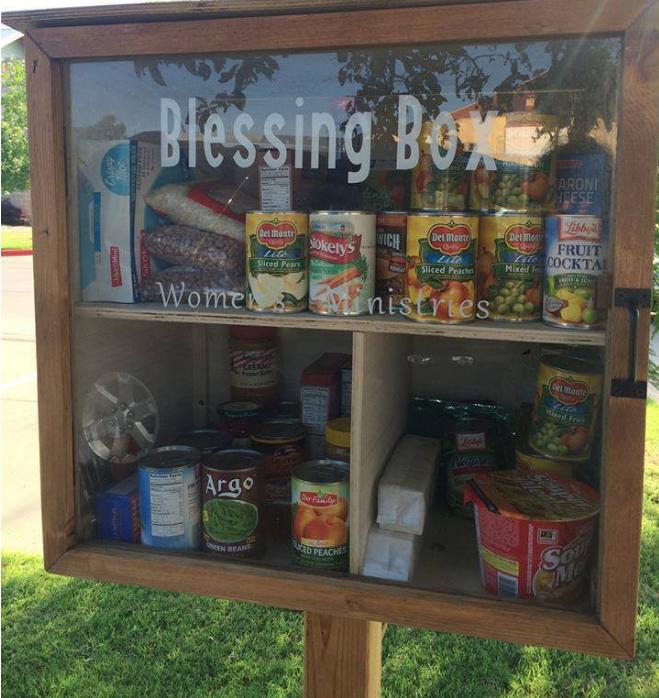 美国马路边矗立免费储物柜,民众前来围观献出自己的爱心