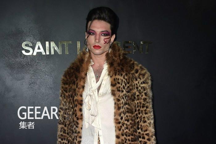 艾兹拉·米勒一身大胆豹纹,慵懒魅惑出席品牌巴黎大秀!