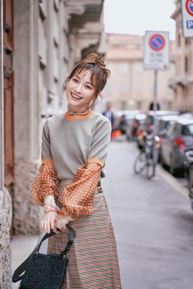 吴昕美出高级感,轻纱衫外面穿毛衣,配凌乱丸子头成秀场焦点插图