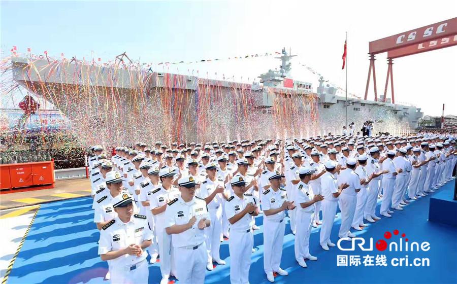 国防部:中国两栖攻击舰首舰下水 为国庆增添节日气氛